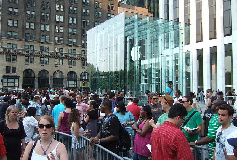Fila de gente a las puertas del Apple Store de Nueva York esperando a conseguir el Iphone5